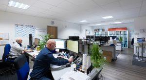 AJK Büro Panorama zwei Mitarbeiter